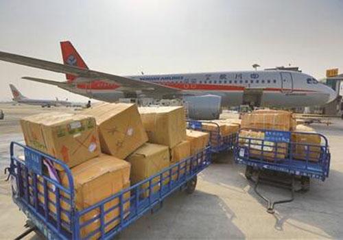 进口茶叶送达国内机场装卸